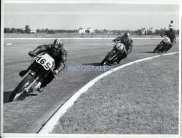 57100 REAL PHOTO MOTO MOTORCYCLE RACE AND RUNNER IN BS AS 23.5 X 18 CM NO POSTAL POSTCARD - Motorräder
