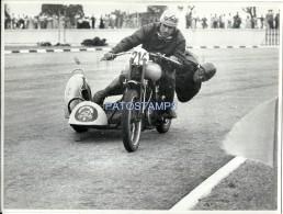 57125 REAL PHOTO MOTO MOTORCYCLE RACE WITH SIDECAR & RUNNER  23.5 X 18 CM NO POSTAL POSTCARD - Motorräder