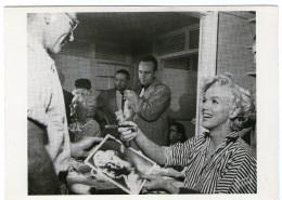 CPM        MARILYN MONROE    1954       DANS SA LOGE QU SIGNE UN AUTOGRAPHE - Actors