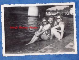 Photo Ancienne Snapshot - à Situer - Portrait Garçon & Fille Au Bord De L'eau - Girl Boy Glasses Sexy Pin Up Semi Nude - Pin-up