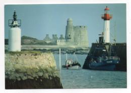 SAINT VAAST LA HOUGUE--L'entrée Du Port Et Le Fort De La Hougue(bateaux,phare) Cpm  éd CAP-THEOJAC - Saint Vaast La Hougue