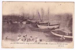 Plage Des SAINTES MARIES De La Mer  Barques Des Pecheurs - Saintes Maries De La Mer