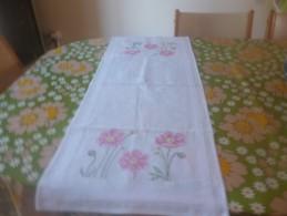 Chemin De Table Avec Des Fleurs Faites Au Point De Croix- Dans Les Tons Roses - Point De Croix