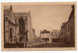 29 - Finistère / PLOMODIERN -- Place De L'Eglise. Le Porche Contenant De Curieux Vieux Saints Est De 1624. - Plomodiern