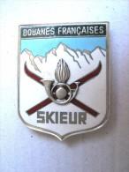 ANCIEN INSIGNE EMAILLE DES DOUANES FRANCAISES SPECIALITEE MONTAGNE SKIEUR DRAGO PARIS ETAT EXCELLENT - Polizia
