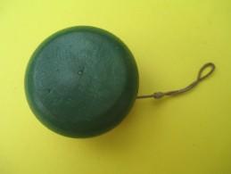 Yoyo Ancien En Bois/couleur Rouge D'un Côté Et Vert De L'autre/ Bois Tourné//Années 1920-1940/    JE184 - Toy Memorabilia