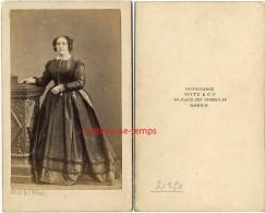 CDV Vers 1860-mode Second Empire-femme Avec Anglaises-photo Witz Et Cie Place Des Carmes-Rouen - Photographs