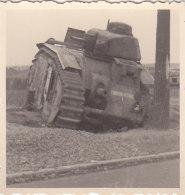 Foto Deutsche Soldaten 2.Weltkrieg Wehrmacht Französischer Panzer Char Tank Char B1 Indochine I Frankreich - Guerre, Militaire