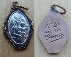 Mada-1164 Médaille Ancienne Octogonale Centre Métal Gris N.D. De La Garde, Pourtour Métal Jaune - Godsdienst & Esoterisme
