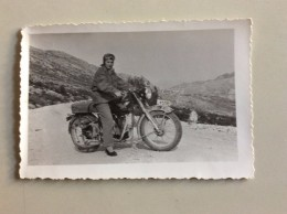 AK Verkehr & Transport > Motorräder  JUNGE FRAU REALPHOTO FOTOGRAFIE   ANSICHTSKARTEN - Motos