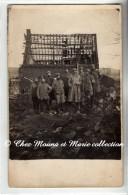 UN GROUPE DE MILITAIRES INFIRMIERS DEVANT DES RUINES - CARTE PHOTO MILITAIRE - Guerre 1914-18