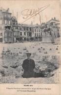 51 - Reims - Place Du Parvis Et Angle Des Rues Libergier Et Tronsson-Ducoudray - Un Homme, Debout Dans Un Trou D'obus - Reims