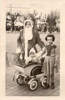 69Lb   Carte Photo Pére Noel Et Fillette Bebe Poussette En 1953 - Santa Claus