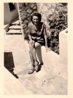 Photo Originale Pin-Up à Juan Les Pins En 1953 - Jolies Jambes - Short Et Sandales - Pin-Ups