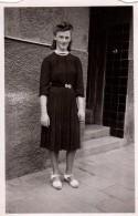 Photo Originale Femme - Mode Et Coiffure Banane Pour Cette Jeune Femme - Personnes Anonymes