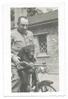 TRÈS RARE - Le Gardien Du Zoo De Vincennes Promène Un Singe Sur Le Guidon Du Vélo - Début 1940 - Photo 9x14,5 Argentique - Singes