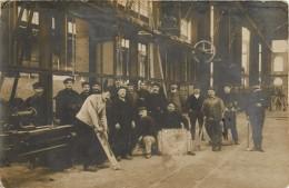 """BELLE CARTE PHOTO USINE ( ECRIT SUR LE PANNEAU """" INSTALLATION DES TOURS 1916 """" )  OUVRIERS - Cartes Postales"""