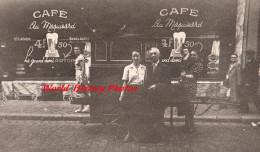 Photo Ancienne - LIEGE , Belgique - Portrait Prés D'un Orgue De Barbarie Devant Le Café AU MAQUISARD - Biere Demi Artois - Métiers