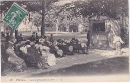 VITTEL  Le Guignol Dans Le Parc - Vittel Contrexeville