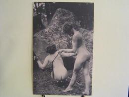 K-412 / Beauté  Féminine D´autrefois - Carte Photo Ancienne Vers 1920/30,  Jeune Fille Fouèttant Sa Partenaire - Desnudos Adultos (< 1960)