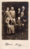 Carte Photo Originale Famille Allemande En 1927 - Uniforme Réformé - Identifiés Au Dos - Personnes Identifiées