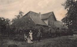 Carte Photo Originale Famille Allemande Vers 1914/18 Et Soldat En Permission Dans Le Jardin Devant La Maison - Personnes Identifiées