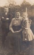 Carte Photo Originale Vieux Et Vieilles - Grand-Mère Et Ses Petits Enfants Dans Le Jardin Vers 1910 - Personnes Identifiées