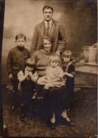 Photo Originale Famille - Un Couple Et Ses Quatre Enfants En Studio Vers 1920 - Personnes Anonymes