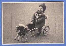 Original Fotokarte 1957, Kind Auf Fahrbaren Tret-Pferd, Format Ca.12,7 X 8,8 Cm - Photographs