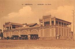 "06329 ""SÉNÉGAL - DAKAR - LA GARE"" ANIMATA, CARROZZE. CART. ILL. ORIG. NON SPEDITA - Senegal"