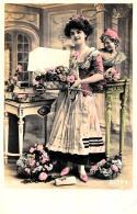 [DC3307] CPA - DONNA CON FIORI - Viaggiata - Old Postcard - Femmes