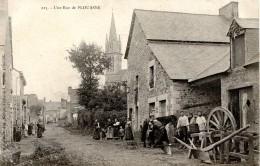 22 PLOUASNE - UNE RUE (MARECHAL FERRANT-CHARRON) Charrue Et Roue En Cours De Réalisation, Ferrage D'un Cheval - France