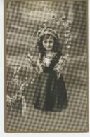 ENFANTS - LITTLE GIRL - MAEDCHEN - Jolie Carte Fantaisie Avec Dorures Portrait Fillette Et Fleurs - Portraits