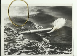 PICTURE SHOWING THE TORPEDO IN FLIGHT AS IT  REACHES THE W   --  ORIGINAL  PH.  --  21  X 15,3  --   DESCRIPTION: REVERS - War, Military