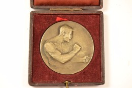 Médaille D'argent De Boxe Gravée Par HUGUENIN, Années 1930 -1940. Bronze. Boxing Boxer Boxeur - Kleding, Souvenirs & Andere