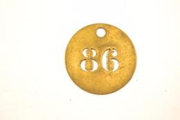 Ancienne Petite Médaille En Laiton Numéro 86 Ajouré, Médaille Porte Bonheur, Porte Clés, Identification ? - Ferronnerie