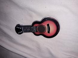 Guitare Metalique Creuse Qui Se Deboite 4x8cm  H1,5 Cm - Objets Dérivés