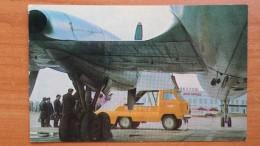 RUSSIA. SIBERIA. YAKUTSK  AIRPORT - PLANE-  OLD USSR PC 1975 - Aerodrome