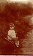 Tirage Photo  Albuminé Enfant - Fillette Et Son Bâton En Guise De Canne à Pêche Sur Un Coussin Au Bord De La Route - Personnes Anonymes