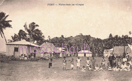 OCEANIE FIDJI - Visite Dans Les Villages - Groupe Enfants - Religieuse - Dos Vierge  - 2 Scans - Figi