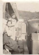 Petite Photo Originale Voiture - 2 Femmes Et Leur Automobile Sur Un Bac En Bois Sous Un Pont Avec Système De Poulies - Cars