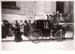 Photo Originale Attelage & Véhicules Hippomobiles - Carrosse à La Sortie D'une Cérémonie & Costumes D'époques Vers 1900 - Automobiles