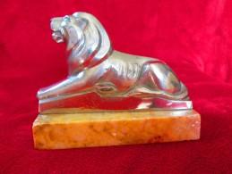 Superbe Régule Animalier Chromé LION Allongé, D'époque ART-DECO, Monté Sur Un Socle En Marbre - Sculptures