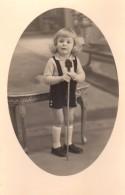 Carte Photo Originale Enfant En Médaillon - Gamin à La Canne à La Coiffure Incertaine - - Personnes Identifiées