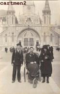 CARTE PHOTO : LOURDES MALADE EN PELERINAGE INFIRME FAUTEUIL ROULANT MIRACLE SCOUT SCOUTISME RELIGION PYRENEES 65 - Lourdes