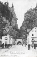 LE COL DES ROCHES → Viele Passanten Und Fuhrwerk Vor Dem Tunnel Anno 1905 - NE Neuenburg