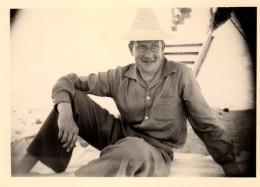 Photo Originale Homme - L'Homme Au Chapeau De Paille à La Plage - - Personnes Anonymes