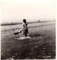 Photo Originale Plage & Maillot De Bain - Jeux De Baignade Et Joli Effet De Jet D'eau De Mer - - Pin-Ups