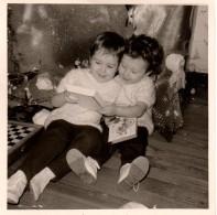 Photo Originale Noël & Ses Jouets - 2 Fillettes Habillées De La Même Façon Découvrant Les Livres Du Père Noël - Personnes Anonymes