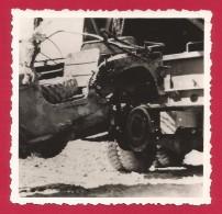Deux Clichés Originaux Guerre D´Algérie - Remorquage D´un Véhicule Militaire Endommagé - War, Military